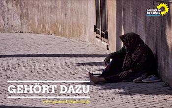 Frau sitzt auf der Strasse
